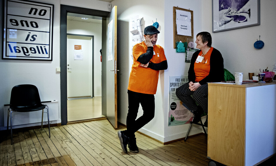 HJELPER MANGE: Hver år får mange av Norges papirløse mennesker og fattige, tilreisende EØS-borgere uten helseforsikringskort livsnødvendig hjelp på Helsesenteret for papirløse. Nasim Alimoradi er sjøl papirløs, men også frivillig miljøarbeider. Her sammen med en annen frivillig: Aud-Mina Nilsen. Foto: Nina Hansen