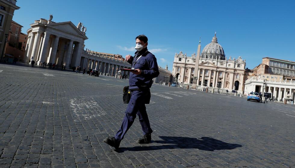 FOLKETOMT: Det er innført strenge karantenerestriksjoner i hele Italia som følge av coronaviruset. Den kjente Peterplassen i Vatikanet i Roma er nærmest folketom mandag. Foto: REUTERS / Flavio Lo Scalzo / NTB Scanpix
