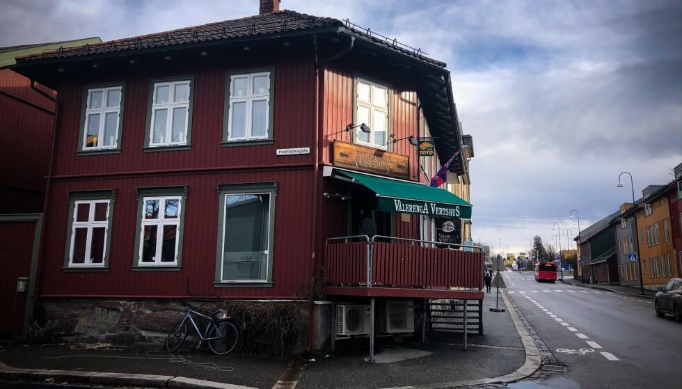 PÅ PUB: Vålerenga Verthus anbefaler gjester som var på puben mellom 18-23 lørdag kveld om å følge Folkehelseinstituttets anbefaling om 14 dagers hjemmekarantene. Lørdag kom flere skiturister rett fra Østerrike til puben. Foto: Øistein Norum Monsen / Dagbladet