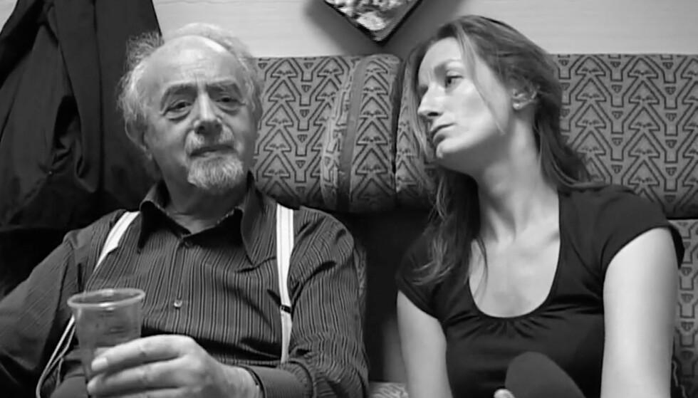 FAREN: Forfatter Nina Grünfeld sammen med faren Berthold Grünfeld, som døde i 2007, på toget i Ljubliana. Foto: Privat