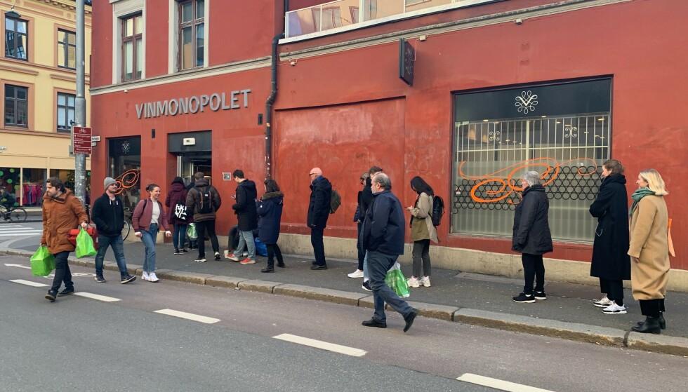 VINMONOPOLETKØ: Det var lang coronakø utenfor polet i Markveien, men det var for å sørge for at det var god plass mellom kundene inne i butikken. Foto: Elisabeth Dalseg