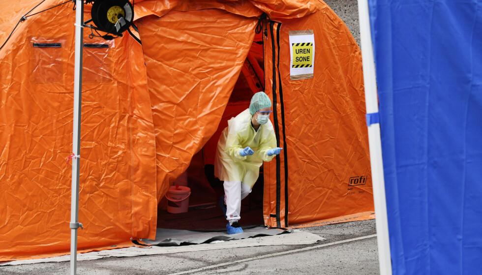 MØRKETALL: Ifølge FHI er det store mørketall for hvor mange som er smittet av coronaviruset i Norge. Her fra Aker legevakt i Oslo, hvor det er satt opp telt for å ta prøver av personer som kan være smittet. Foto: Lars Eivind Bones / Dagbladet