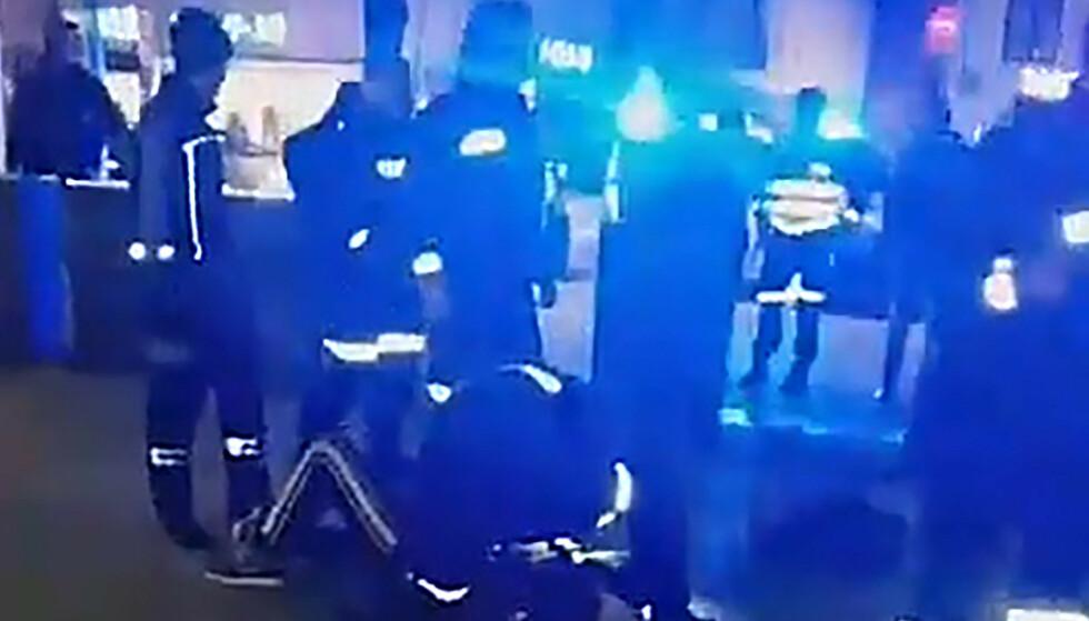 PÅGRIPELSER: En av personene som var involvert i bråket på Grønland på fredag er, ifølge politiet, Corona-smittet. Det har ført til at flere politifolk nå må være i karantene. Dette bildet skal vise situasjonen etter at politiet ankom Grønland. Foto: Privat.