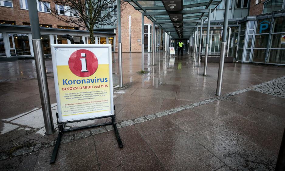 HINDRER BESØKENDE: Vakter passer på at ingen bryter besøksforbudet ved OUS. Foto: Lise Åserud / NTB scanpix