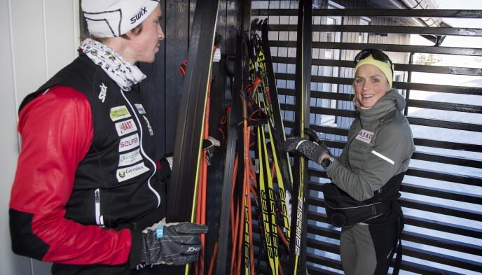 Close Dice: Therese Johak i hytta med bror Carsten.  Foto: Hans Arne Wetlock / Dougladet