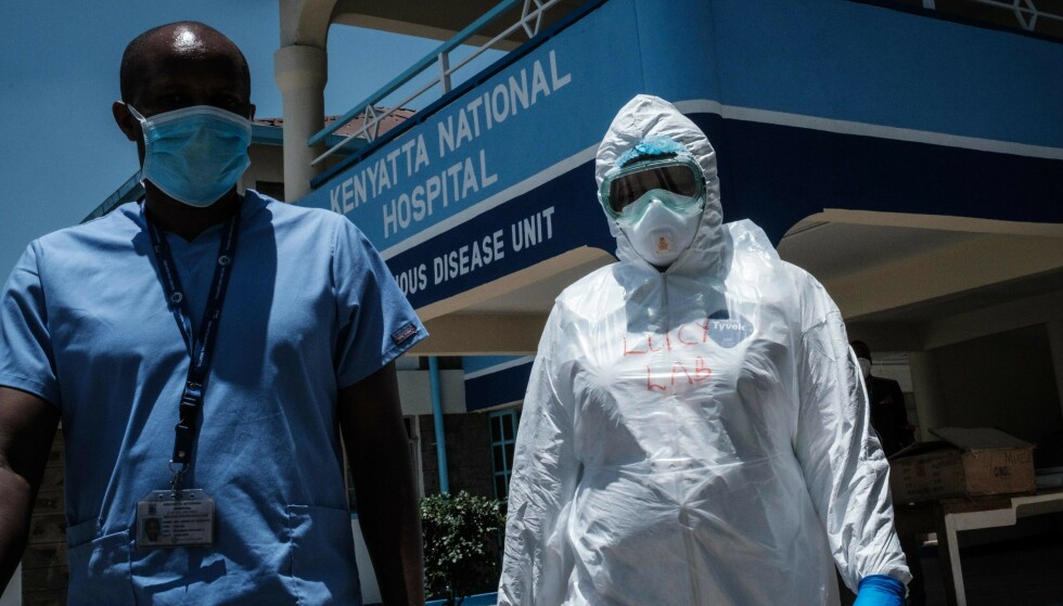 RYKKER UT: Laboratoriespesielt på vei til karanteneområde for mennesker som har vært i kontakt med den første kenyanske personen som fikk påvist coronaviruset. Det første kenyanske tilfellet ble registrert 13. mars. Bilde tatt søndag. Foto: AFP / NTB scanpix