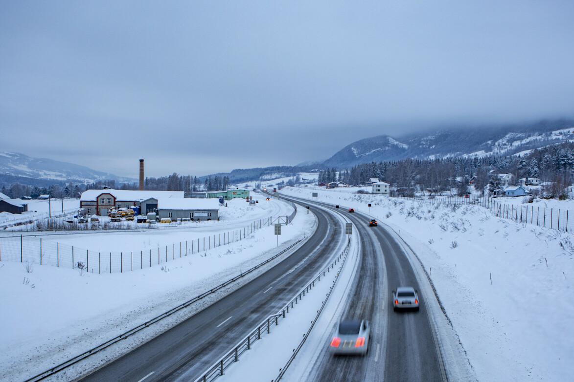 SIKRE VEIER: Firefelts motorveger med midtdeler er de sikreste vegene vi har, ifølge innsenderen. Bildet er fra Hundorp i Gudbrandsdalen. Foto: Paul Kleiven / NTB Scanpix