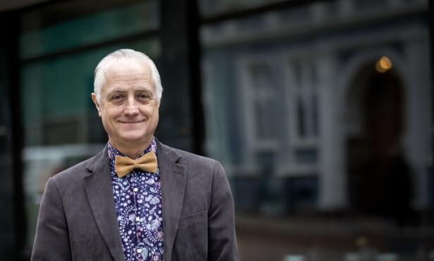 ER FOR MUNNBIND: Lege Gunnar Hasle, som eier Reiseklinikken i Oslo mener folk bør bruke munnbind for å hindre smitte av coronaviruset, og oppfordrer folk å lage sine egne. Foto: Gorm Kallestad / NTB scanpix