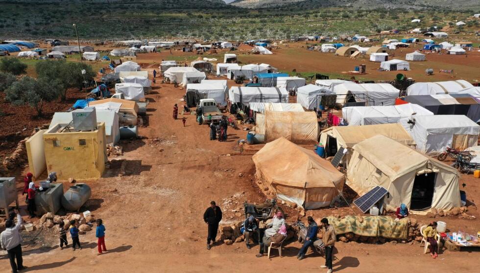 PÅ FLUKT: Et dronebilde tatt 17. mars, viser en flyktningleir i byen Kafr Uruq sørvest for byen Sarmada i Syrias nordvestlige Idlib-provins. Foto av Omar HAJ KADOUR/AFP/NTB Scanpix