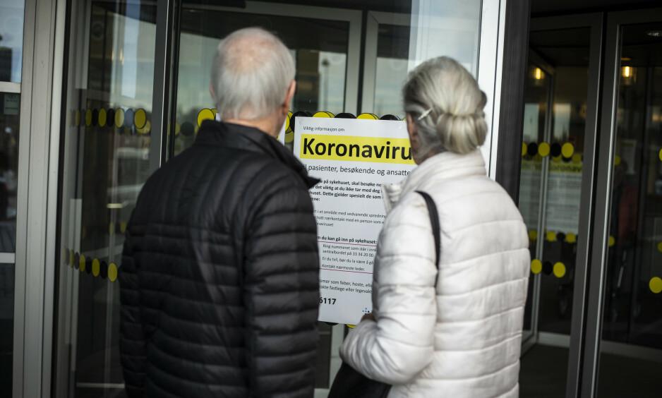 PLAKATER: Plakater med informasjon om coronaviruset henger godt synlig flere steder ved Sykehuset i Vestfold (SIV). Foto: Trond R. Teigen / NTB scanpix