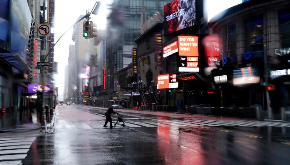 KRISETIDER: New York er vanligvis en av verdens travleste byer. Nå er det spøkelsesbytilstander på Times Square på Manhattan. Foto: Reuters/ NTB Scanpix