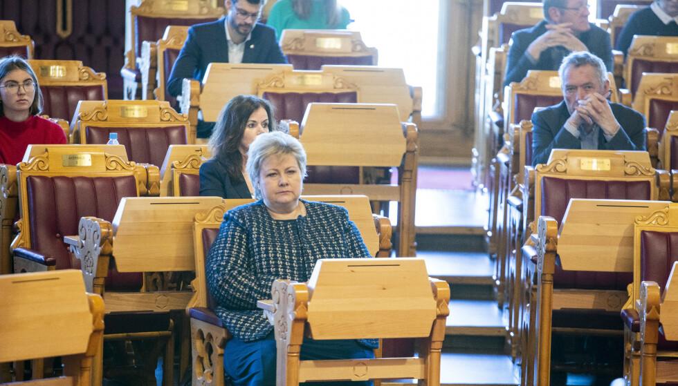 ENSTEMMIG: Coronaloven ble vedtatt enstemmig i Stortinget lørdag 21. mars. Her er statsminister Erna Solberg (H) på plass i Stortinget da loven ble debattert. Foto: Tore Meek / NTB Scanpix