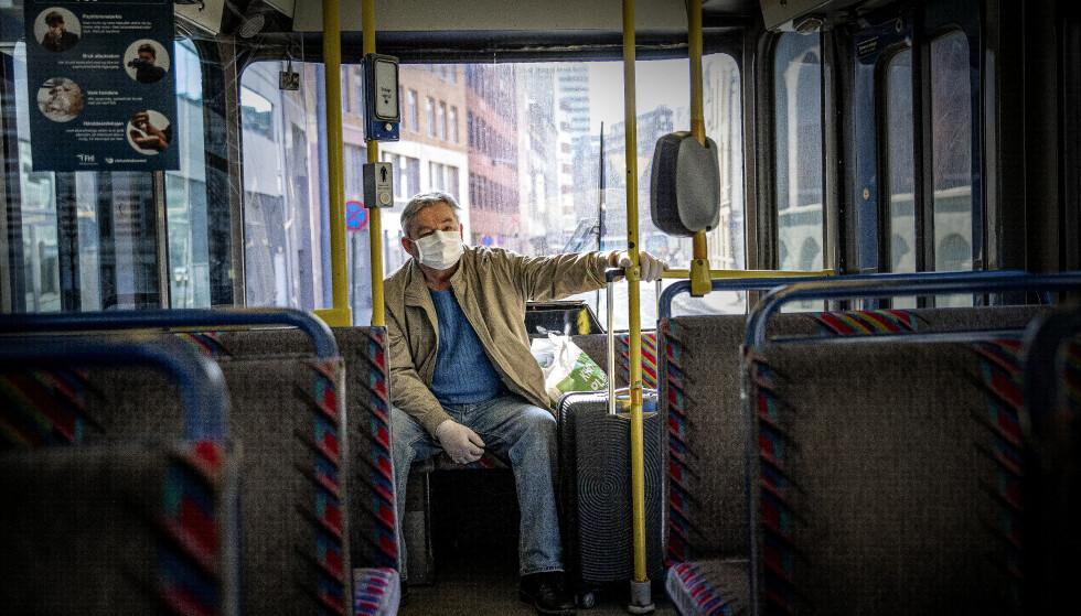 - BESKYTTER SEG: Zlatko Jakovljevic, som bor i Hamar, bruker munnbind når han tar kollektivtransport og er på butikken. Han sier der er for å beskytte seg mot coronaviruset. Foto: Bjørn Langsem / Dagbladet
