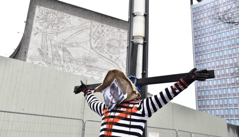 KORSFESTET: Sterke symboler i kampen for å redde Y-blokka.Foto: Naina Heln Jma / NTB Scanpix