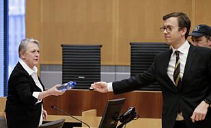 TINGRETTEN: Advokat Berit Reiss Andersen får en vannflaske av Regjeringsadvokat Andreas Hjetland Foto: Vidar Ruud / NTB Scanpix