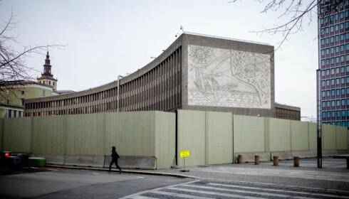 EN «BERLINMUR»: Dette har gått under radaren: Statsbygg har bygd en fire meter høy «berlinmur» og er klar til å rive Y-blokka. Staten virker sikre på at de vinner fram i retten. Nå skal tingrettsdommer Helen Engebrigtsen avgjøre byggets skjebne. Foto: Lars Eivind Bones