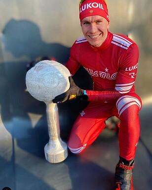 FALSK POKAL: Aleksandr Bolsjunov har fått en hjemmelaget krystallkule i påvente av den ekte. Foto: Privat