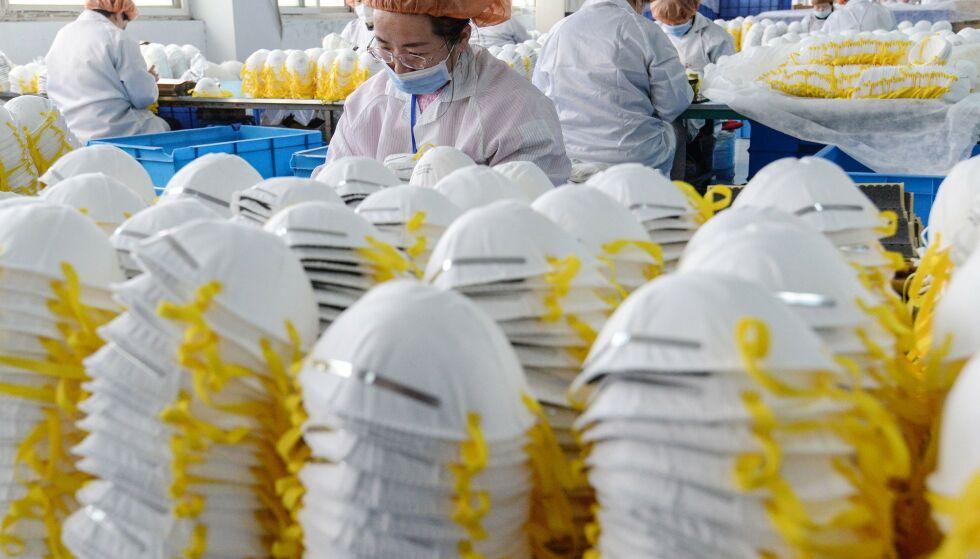 SKJULT AGENDA? Eksperter advarer mot en skjult agenda når kineserne nå rekker ut ei hånd til coronarammede land. Her et bilde fra en fabrikk i Hebei-provindsen i Kina, der det produseres munnbind. Foto: STR / AFP