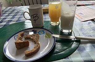 MIDDAG: På kjøkkenbordet finner jeg to brødskorper og sur melk. FOTO: Privat