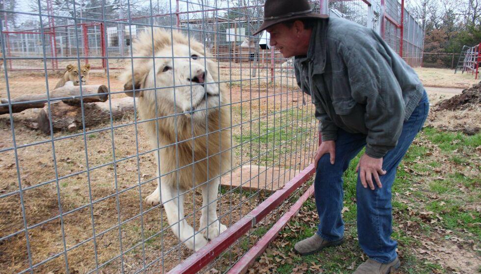 IMPERIUM: Den lokale dyreparken var populær i Oklahoma, men det var ikke bare dyrene som sørget for omdømmet. Her er Kirkham fotografert med en av parkens løver. Foto: Privat