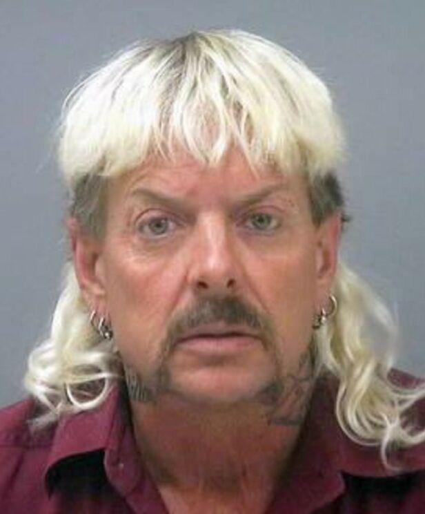 DØMT: Joe Exotic er dømt til 22 år i fengsel for å ha forsøkt å få Carol Baskin drept. Han får ikke bleket håret sitt fra cella, og det har nå blitt svart. Foto: Santa Rosa County Jail