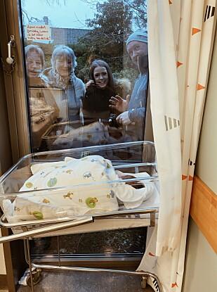 VINDUSBESØK: Gjennom et vindu på barselavdelinga kunne Marie Oma vise frem Didrik til familien. Foto: Privat