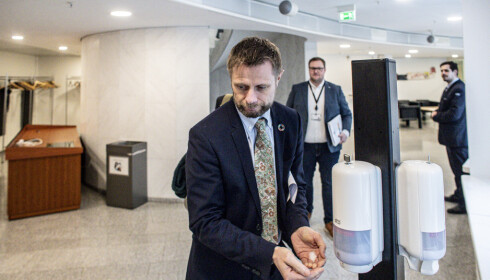 SER LYSET: Norske helsemyndigheter sier det er forsiktig grunn til optimisme i Norge. Andelen smittede per dag har vært jevn den siste uka. Her helseminister Bent Høie. Foto: Bjørn Langsem / Dagbladet