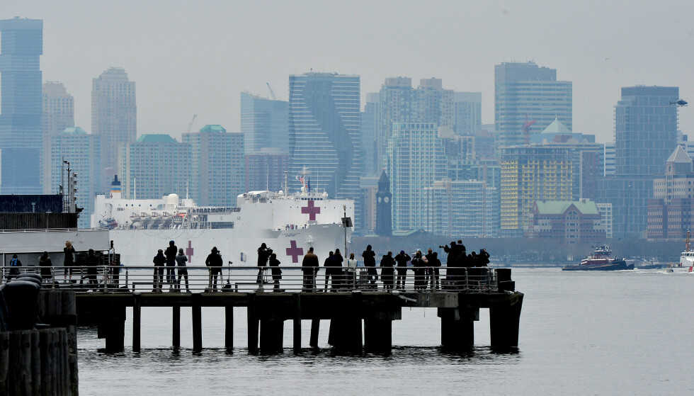 SYKEHUSSKIP: Mange mennesker droppet avstandsreglene da de så på at sykehusskipet USNS Comfort kom inn til Manhattan. Foto: Splash News