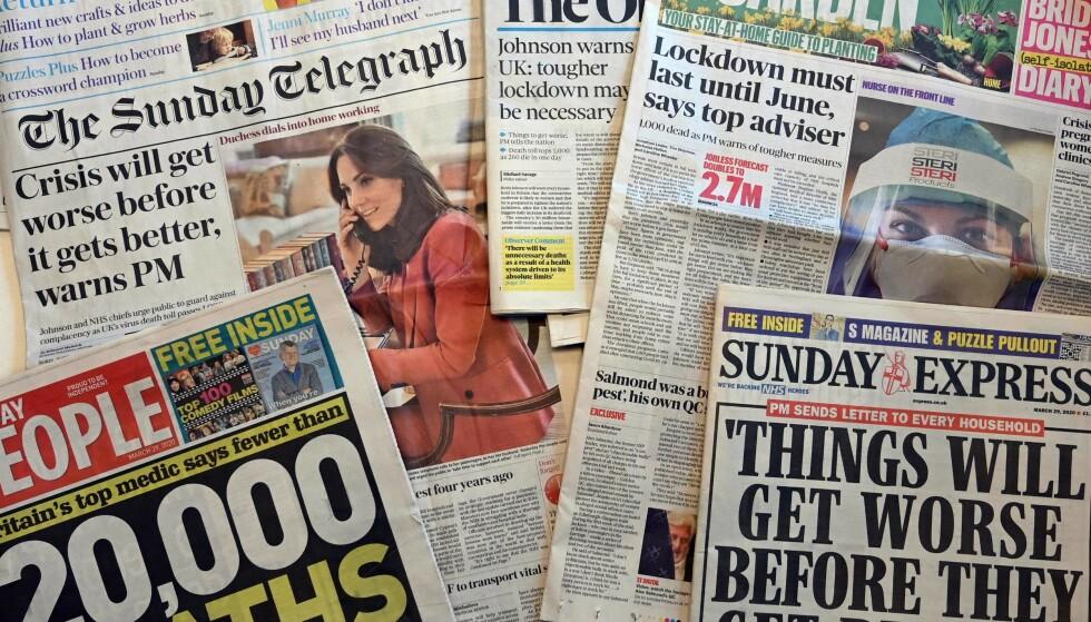 LANGT FRAM: Engelske aviser sist søndag. Dødstallene stiger, og det advares mot at det vil bli verre før det blir bedre. Foto: Paul Ellis, AFP/NTBScanpix