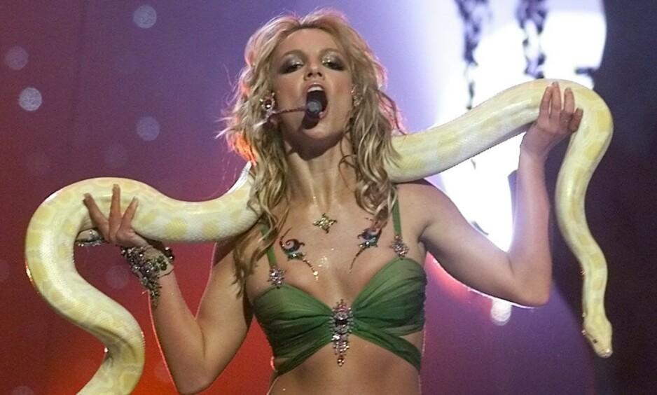 VAKTE OPPMERKSOMHET: Her står Britney Spears på scenen under MTV Video Music Awards i 2001. Nå får opptredenen oppmerksomhet igjen, på grunn av Netflix-suksessen «Tiger King». Foto: NTB Scanpix