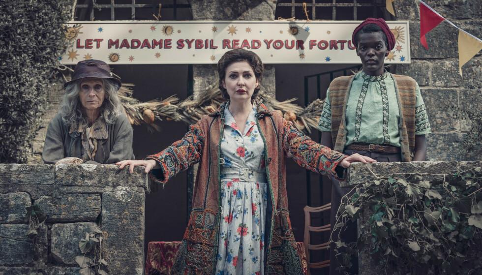 MYSTISKE DAMER: Bella (Rita Tushingham), Sybil (Kathy Kiera Clarke) og Thyrza (Sheila Atim). Foto: Ben Blackall / Mammoth Screen / TV 2