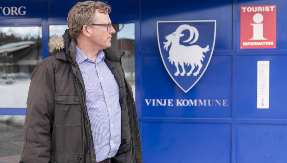 DESSVERRE PÅSKESTENGT: Ordfører Jon Rikard Kleven foran bukken i Vinjes kommunevåpen. Foto: Lars Eivind Bones.