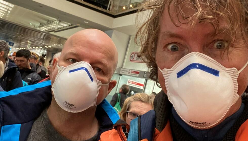 GÅR TIL SAK: Kai Wangberg (51) fra Fredrikstad og Thorleif Østmoe (51) fra Oslo, har begge valgt å bli med i et massesøksmål mot østerrikske myndigheters håndtering av coronautbruddet i Ischgl. Her tar de en selfie på flyplassen i Innsbruck på vei hjem til Norge 14. mars. Da var begge allerede syke. Foto: Privat