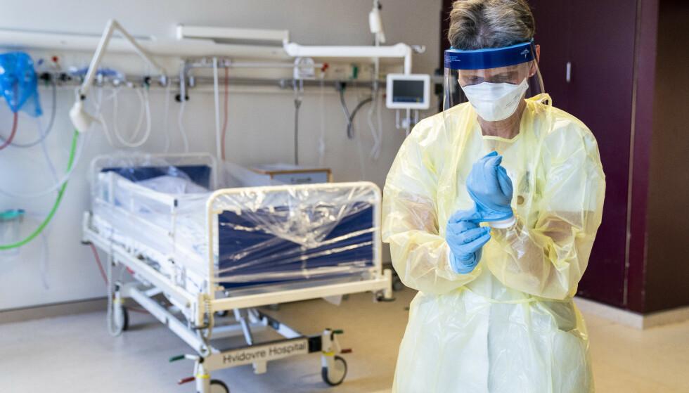 KREVER NY PRAKSIS: En svensk overlege tar til orde for å skjerme helsemedarbeidere i risikogruppen. I Norge og Danmark - som her, ved Hvidovre Hospital - er slike retningslinjer allerede på plass. Illustrasjonsfoto: Ritzau / NTB scanpix