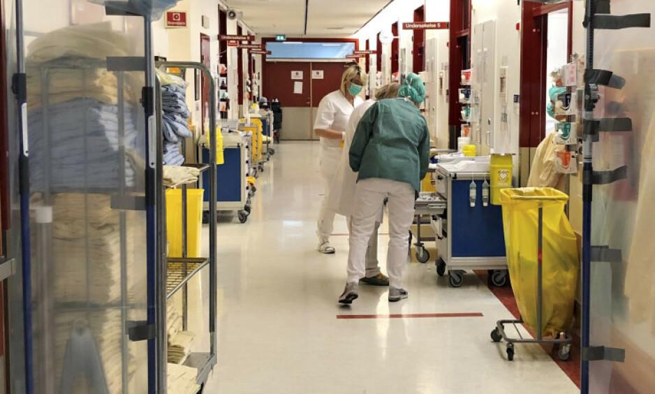 HYLLES: Dag Jacobsen ved Ullevål sykehus mener regjeringen har lagt en god plan for den videre håndteringen av corona-situasjonen. Her fra akuttmottaket ved sykehuset