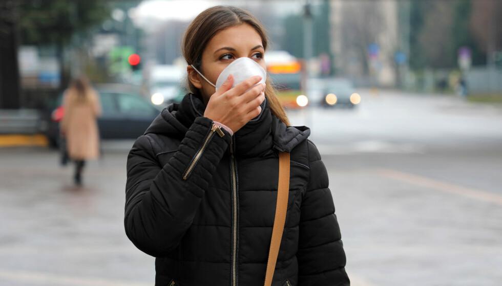 NOEN RAMMES HARDT: Hos noen yngre pasienter kan immunforsvaret reagere så sterkt at det angriper kroppen. Nå prøver forskere å finne ut av om dette kan ha noe å gjøre med en genfeil. Foto: Shutterstock/NTB Scanpix
