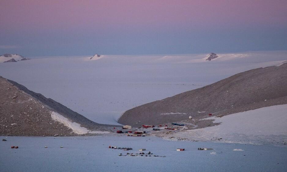ISØDE: Her ute i isødet på Antarktis bor de seks overvintrerne i nesten 13 måneder av gangen. De vet hva som skal til for å trives i eget selskap. Foto: Karin Jonsdatter / Norsk polarinstitutt