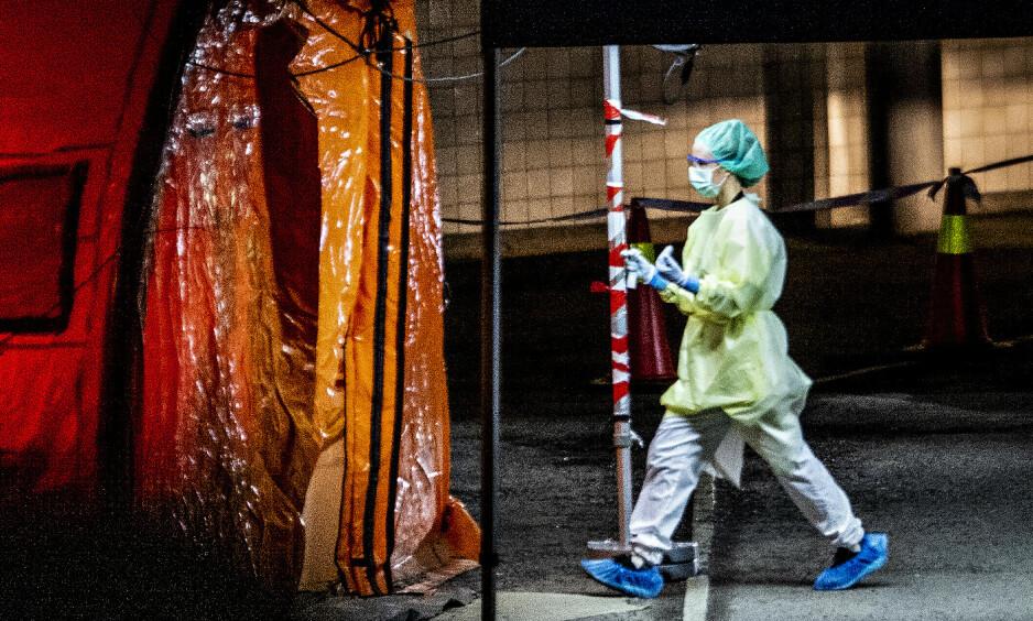 TESTING: Oslo universitetssykehus har satt opp en prøvetakingsstasjon hvor personer som mistenkes å være smittet av coronaviruset, kan komme med bil og bli testet. Foto: Bjørn Langsem / Dagbladet