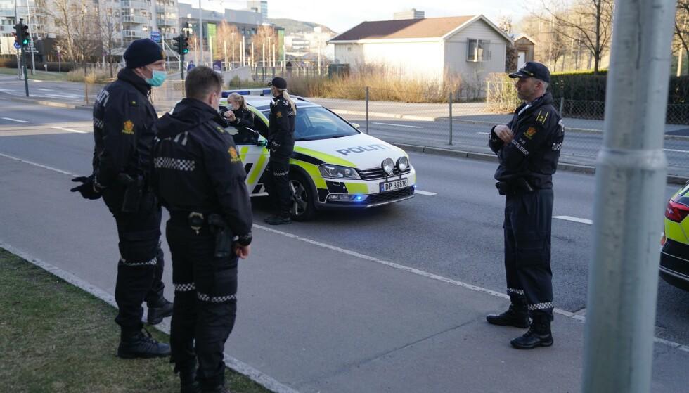 SØKER: Politiet har startet søk etter flere gjerningsmenn etter en hendelse ved Hasle torg i Oslo søndag. Foto: Øistein Monsen / Dagbladet