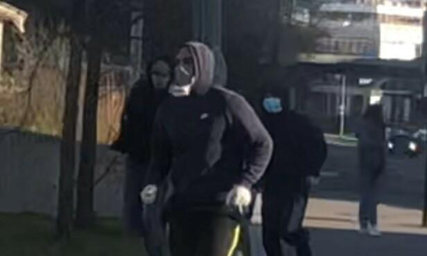 MASKERTE: Flere maskerte personer skal ha hoppet ut av to biler og gått til angrep ved Hasle torg i Oslo søndag kveld. Foto: Privat
