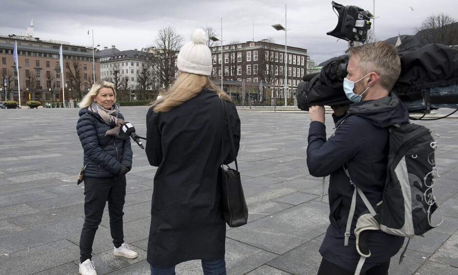 TRENGER FORTSATT OPPSLUTNING: Hittil har vi klart å begrense smitten, og det må vi ta vare på. Jo bedre oppslutning vi fortsatt får om dugnaden, jo større er sjansen for at vi slipper nye dyre og inngripende tiltak, skriver justisminister Monica Mæland som her møter pressen i Bergen i påsken. Foto: Marit Hommedal / NTB scanpix
