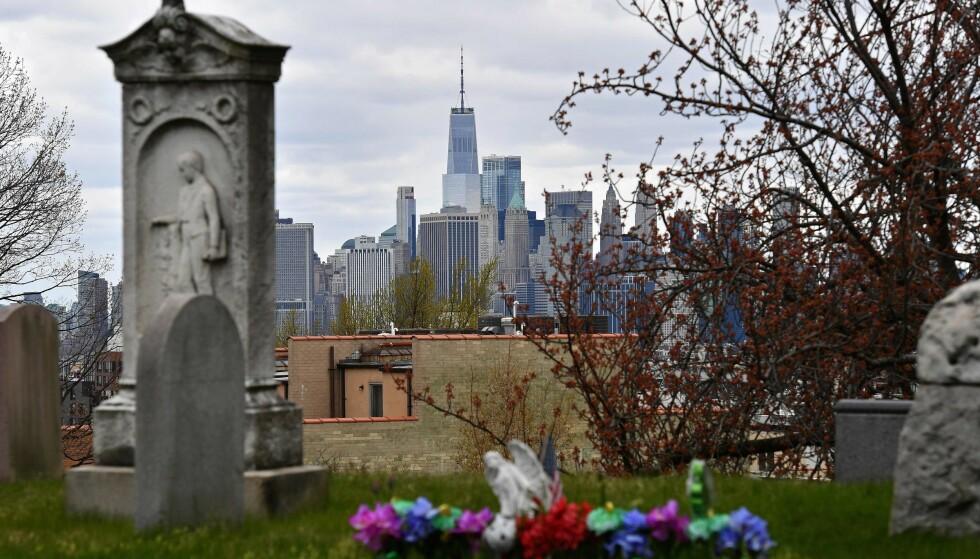 DØDSFALL: Ved kirkegården Green-Wood i Brooklyn har antallet kremasjoner mer enn doblet seg og antallet begravelser er fem ganger høyere enn vanlig, den siste tida. Ifølge eksperter kan de offisielle dødstallene som knyttes til coronaviruset være for lave. Foto: Angela Weiss / AFP / NTB scanpix