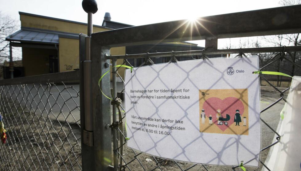 SNART ÅPENT: I løpet av neste uke skal alle landets barnehager åpne igjen, etter å ha holdt stengt siden 12.mars. Bildet er tatt ved porten til Kongeskogen barnehage på Bygdøy i Oslo. Foto: Erik Johansen / NTB scanpix