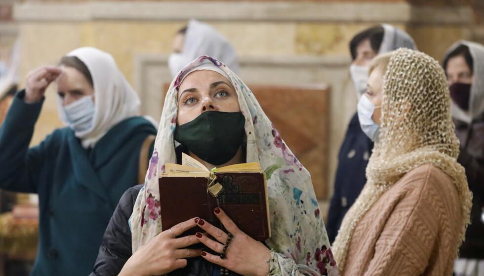 TRO I CORONAENS TID: Påskemesse i Kazan-katedralen i Stavropol. Foto: REUTERS / NTB Scanpix