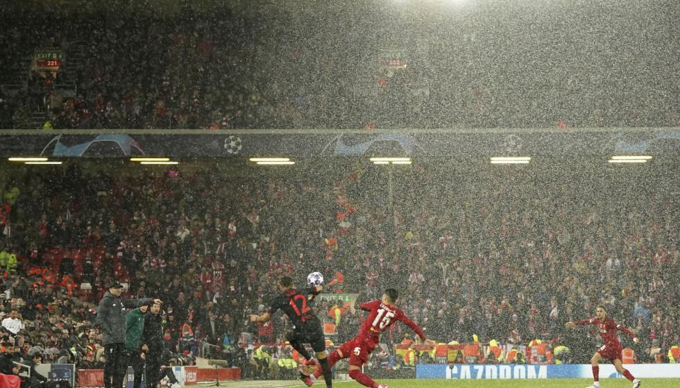 SMITTEGRYTE? Regnet pøser ned foran de 52 000 tilskuerne. Dager seinere rammer coronaviruset hardt og brutalt. Foto: AP Photo/Jon Super