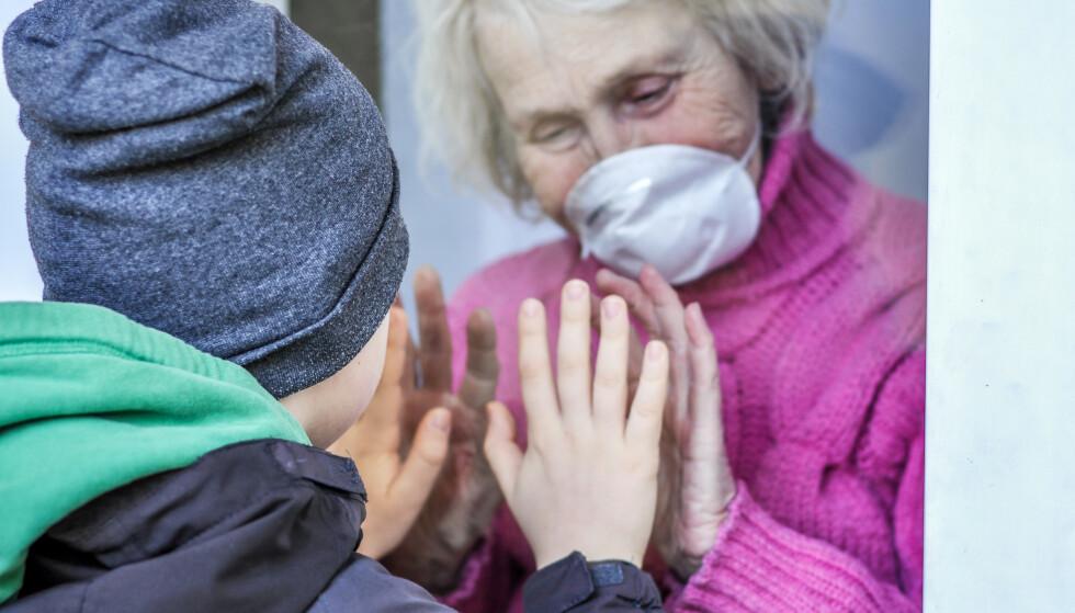 ER ALDERSKRITERIET LIKEVEL I BRUK: Det spør bekymrede pårørende som er redde for at nødvendig helsehjelp ikke blir gitt til foreldre eller andre nære, skriver innesnderne. Foto: Shutterstock / NTB Scanpix