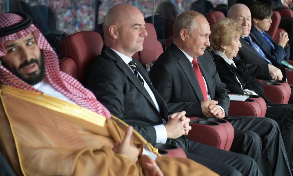 MEKTIG SELSKAP: Kronprins Mohammed bin Salman (t.v.) er her sammen med FIFA-president Gianni Infantino og Russlands predisent Vladimir Putin under fotball-VM i 2018. Foto: Alexey DRUZHININ/AFP/NTB Scanpix