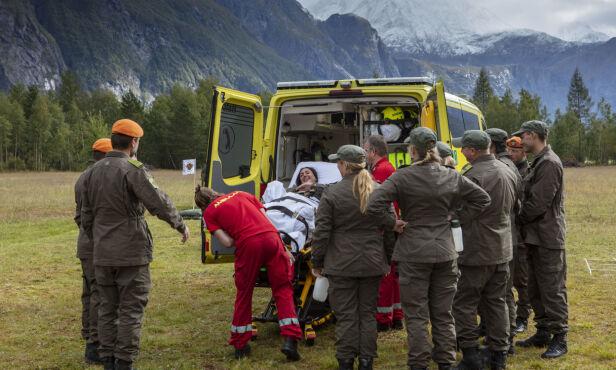 FRAKTET BORT: Mashadi måtte naturligvis se seg slått og kunne ikke bli værende i konkurransen. Foto: Matti Bernitz / TV 2