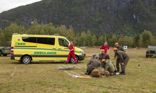 LEGEHJELP: Ambulansen ble tilkalt og Wanda måtte bli fraktet fra innspillingen. Foto: Matti Bernitz / TV 2