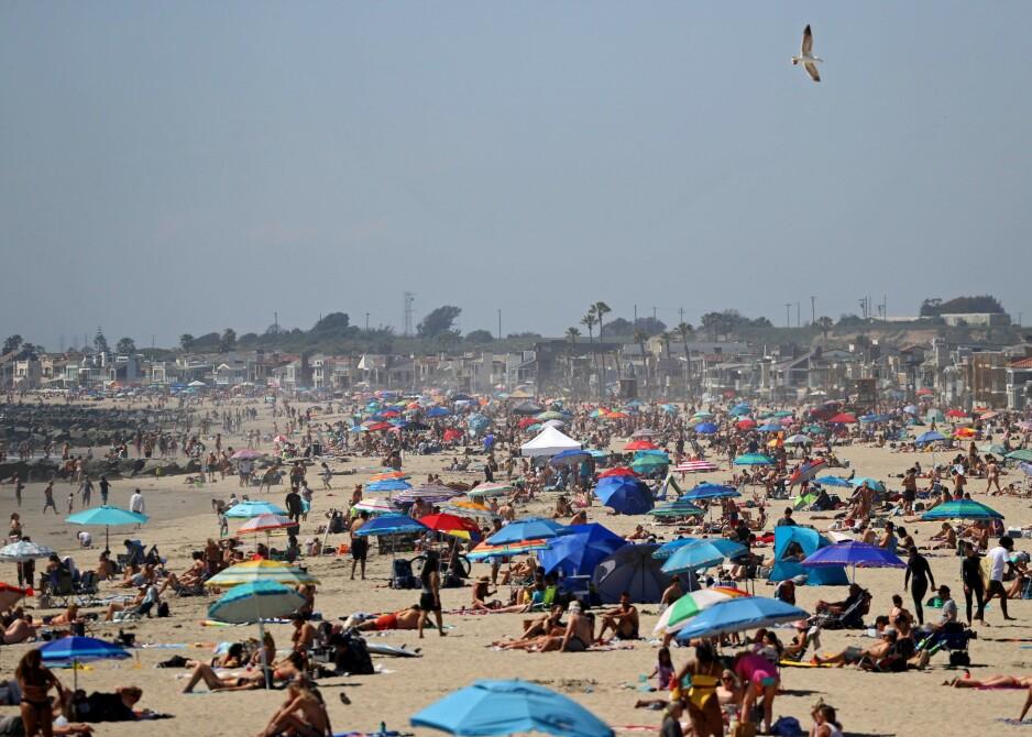 TUSENVIS: Lørdag var Newport Beach i California fullstappet med mennesker tross myndighetenes advarsler. Foto: Michael Heiman/Getty Images/AFP